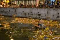 After dropping some of the Ganeshas the water was full of flowers/ Nachdem einige Ganeshas versenkt wurden, war das Wasser voller Blumen